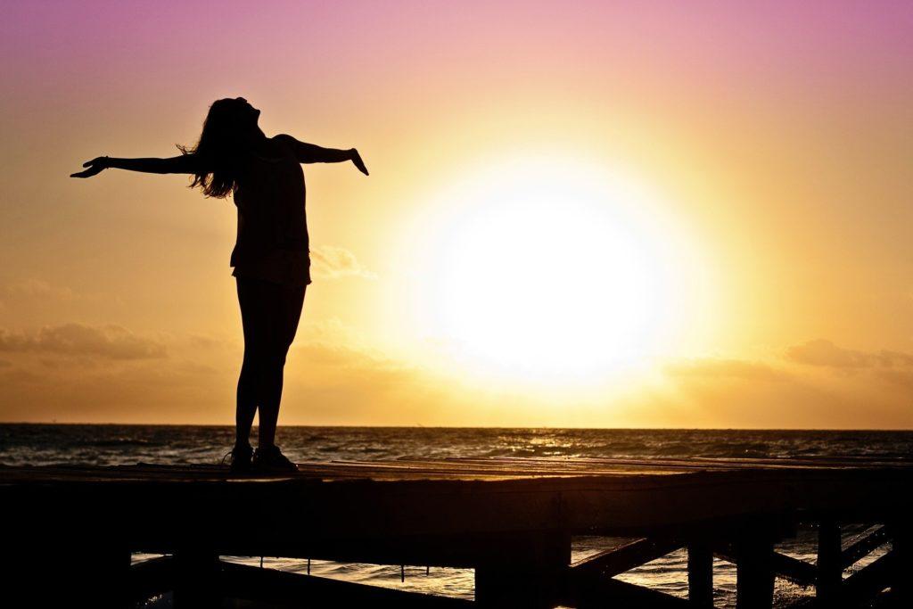 Prendre le soleil pour maigrir des bras rapidement